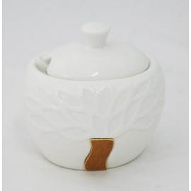 Salt and pepper in ceramics with lid in wood